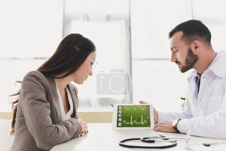 Photo pour Docteur montrant patient tablet avec application médicale clinique - image libre de droit
