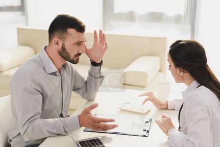 Photo pour Client frustré en regardant docteur comptage finances sur calculatrice, notion d'assurance-vie - image libre de droit