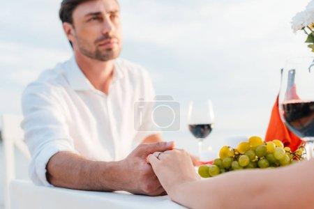 jeune couple main dans la main après propose en rendez-vous romantique