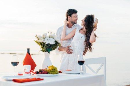 beau couple heureux embrasser avant la date romantique sur le bord de la mer