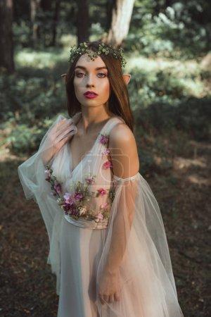 Photo pour Belle elfe mystique en fleur élégante robe en forêt - image libre de droit