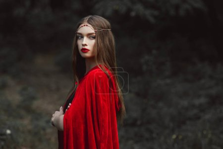 Photo pour Belle fille en cape rouge et élégante Couronne en bois - image libre de droit