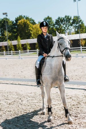 Photo pour Séduisante jockey femme cheval à horse club - image libre de droit