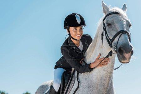 Photo pour Équestre de femelle attrayant beau cheval blanc à horse club - image libre de droit
