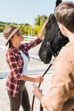 Photo pour Belle Equestres au chapeau palming cheval noir au ranch - image libre de droit