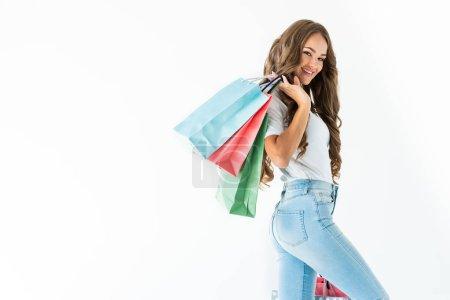 Photo pour Beau client joyeux posant avec des sacs à provisions, isolé sur blanc - image libre de droit