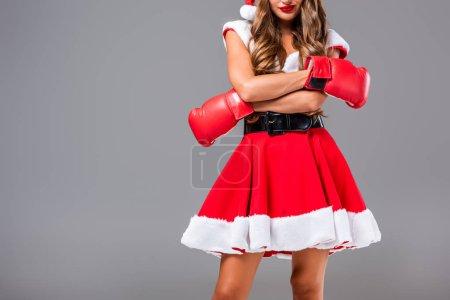 Photo pour Recadrée vue de femme en costume de santa et gants de boxe, isolé sur gris - image libre de droit