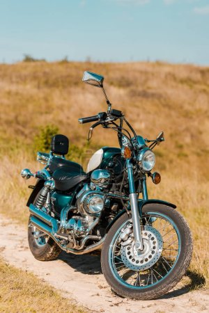 Photo pour Moto vintage noire sur prairie rurale - image libre de droit