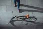"""Постер, картина, фотообои """"частичный вид сверху бизнесмена и велосипедов на улице"""""""