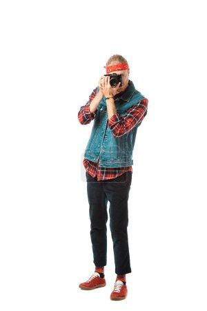 Photo pour Photographe homme jeune hipster en veste de denim et chemise à carreaux de tir sur caméra isolé sur blanc - image libre de droit