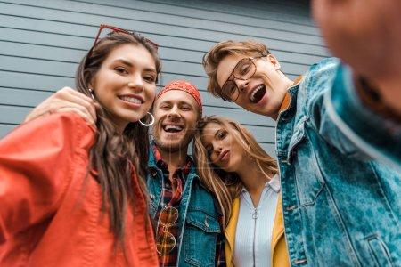 Joyeux amis élégants confondus selfie