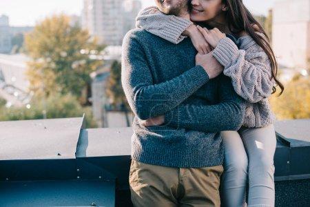 Photo pour Plan recadré de jeune couple embrassant sur le toit - image libre de droit