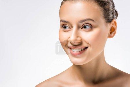 Photo pour Jeune souriante belle femme avec maquillage nu - image libre de droit