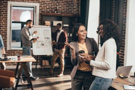 Photo pour Gens d'affaires occasionnels enthousiastes travaillant ensemble dans le bureau loft - image libre de droit