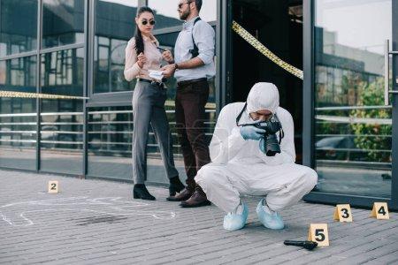 Foto de Criminólogo haciendo fotos en la escena del crimen - Imagen libre de derechos