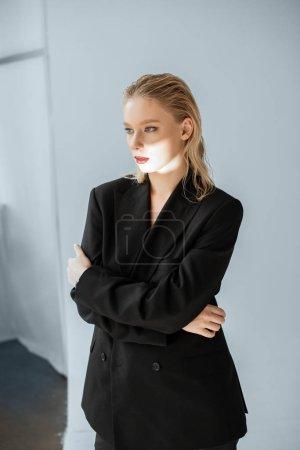 Photo pour Modèle attrayant en tenues avec un faisceau lumineux sur le visage pose pour Shooting de mode - image libre de droit