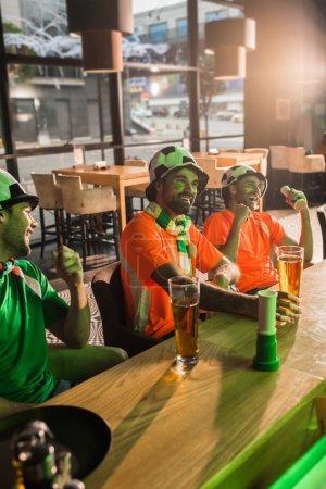 Foto de Los fanáticos del fútbol soccer ver juego en barra - Imagen libre de derechos