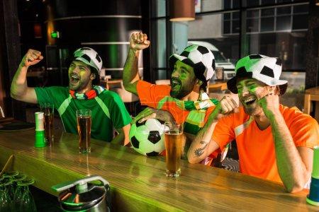 Photo pour Les fans de football acclamations et des cris en bar - image libre de droit