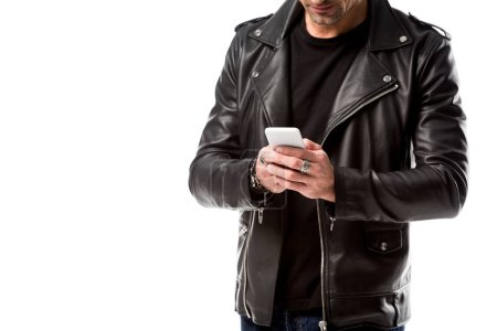 Vue recadrée de l'homme en utilisant smartphone isolé sur blanc