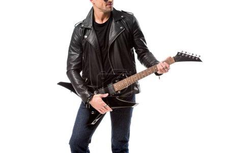 abgeschnittene Ansicht eines erwachsenen Mannes in Lederjacke, der die E-Gitarre isoliert auf Weiß hält