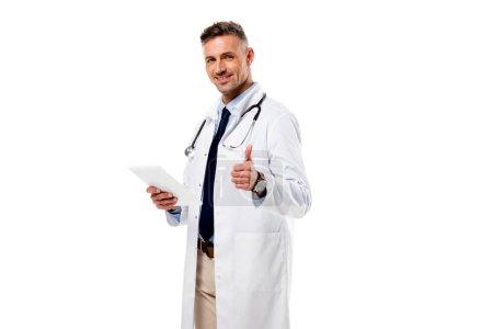 Photo pour Médecin faisant signe pouce vers le haut et tenant comprimé numérique isolé sur blanc - image libre de droit