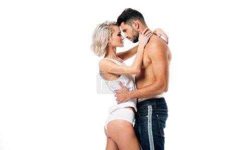 Photo pour Couple hétérosexuel étreignant et se regardant isolé sur blanc - image libre de droit