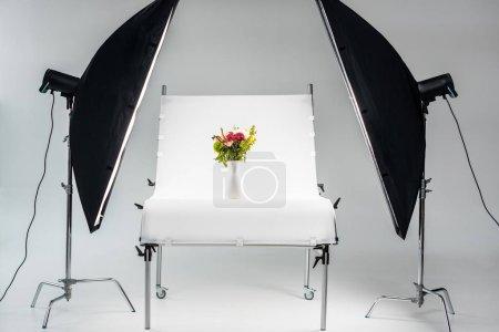 Foto de Hermoso ramo de flores en florero en estudio fotográfico profesional - Imagen libre de derechos