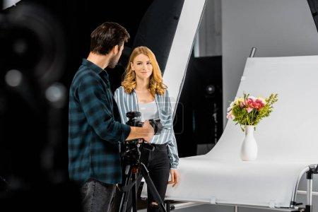 Photo pour Mise au point sélective de jeunes photographes de tir de belles fleurs en studio photo - image libre de droit