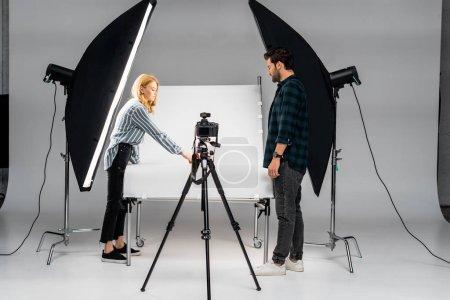 Foto de Jóvenes fotógrafos que trabajan con equipos profesionales en estudio fotográfico - Imagen libre de derechos