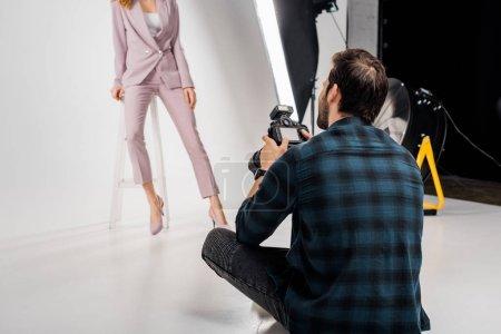 Photo pour Recadrée tir du photographe belle jeune femme mannequin de prise de vue en studio - image libre de droit