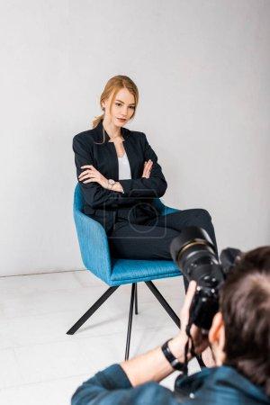 Photo pour Recadrée tir de belle jeune femme photographe en studio photo - image libre de droit