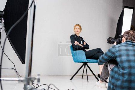 Photo pour Belle jeune femme photographe en studio photo - image libre de droit