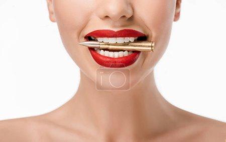 Photo pour Gros plan vue partielle de la jeune femme tenant une balle dans les dents isolées sur blanc - image libre de droit