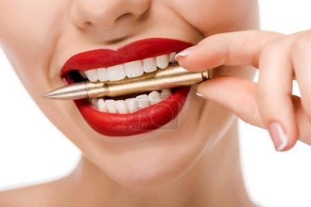 Photo pour Plan recadré de jeune femme tenant une balle dans les dents isolées sur blanc - image libre de droit