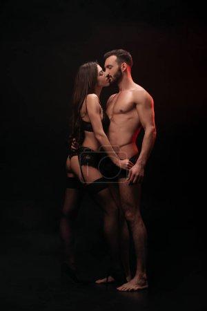 Sensual couple passionné baiser isolé sur noir