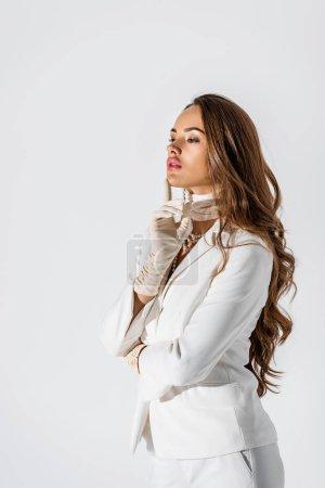 Photo pour Jolie jeune fille en costume et gants toucher écharpe isolé sur blanc - image libre de droit