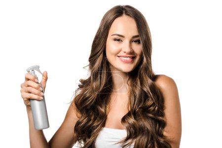 Photo pour Belle fille tenant flacon pulvérisateur, en regardant la caméra et en souriant isolé sur blanc - image libre de droit