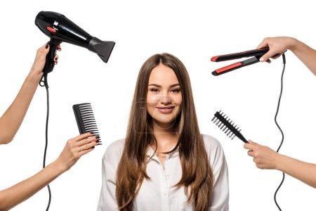 Foto de Mujeres con accesorios de peluqueria en hermosa niña mirando a cámara - Imagen libre de derechos
