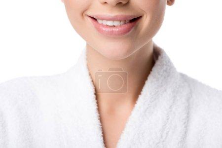 Photo pour Vue recadrée de la femme souriante en peignoir isolé sur blanc - image libre de droit