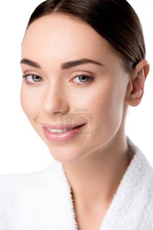 Photo pour Belle femme souriante en peignoir regardant la caméra isolée sur blanc - image libre de droit