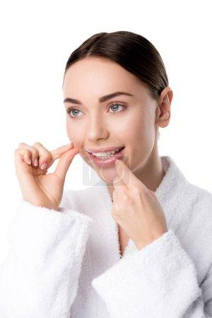 Photo pour Belle femme en peignoir blanc dents flottantes isolées sur blanc - image libre de droit