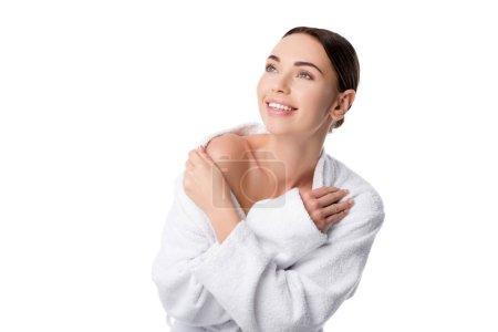 Photo pour Belle femme souriante en peignoir avec les mains croisées isolées sur blanc - image libre de droit