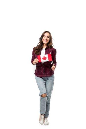 Photo pour Femme souriante tenant le drapeau canadien et regardant la caméra isolé sur blanc - image libre de droit