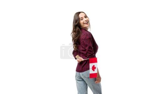 Photo pour Jolie femme souriante tenant le drapeau canadien isolé sur blanc - image libre de droit