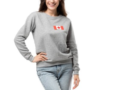 vue recadrée de femme souriante avec insigne drapeau canadien isolé sur blanc