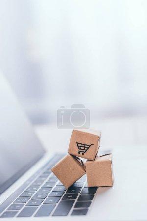 primer plano de cajas de papel de juguete en el teclado portátil moderno