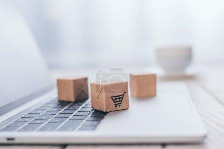 Photo pour Foyer sélectif de petites boîtes en papier sur ordinateur portable moderne - image libre de droit