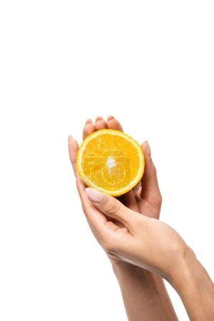 Photo pour Vue partielle agrandi d'afro-américaine tenant tranche d'orange en mains isolés sur blanc - image libre de droit