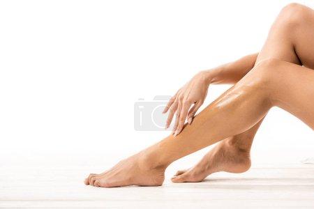 Photo pour Photo recadrée d'afro-américaine touchant la jambe avec la cire au sucre blanc - image libre de droit