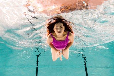 Photo pour Belle femme plongée sous-marine en maillot de bain dans la piscine - image libre de droit